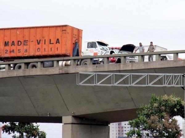 Caminhão atropela e arremessa PMs de ponte em SP; 1 morre