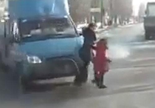 Mãe e filha escapam de acidente incrível após colisão na Rússia