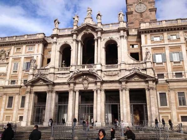 Papa Francisco visita basílica de Roma na primeira saída oficial do Vaticano em início de pontificado