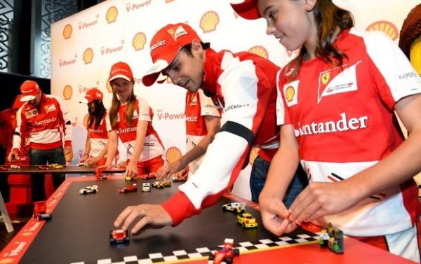 Que brinquedo! Massa e Alonso posam com carro de Lego em tamanho real
