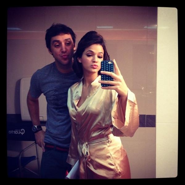 Bruna Marquezine posa de robe de seda nos bastidores de trabalho