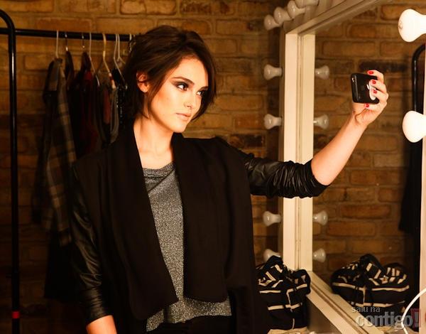 Isabelle Drummond aparece com o cabelo curtinho em ensaio de moda