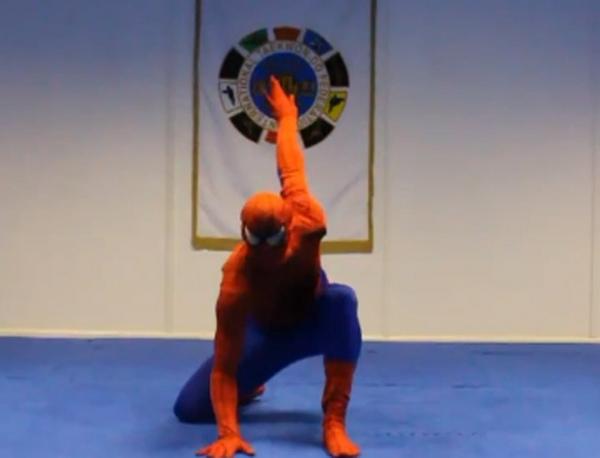 Lutador vestido de Homem-Aranha mostra golpes incríveis em vídeo