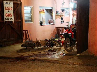 Quatro morrem após serem baleados em pizzaria por dois homens em moto