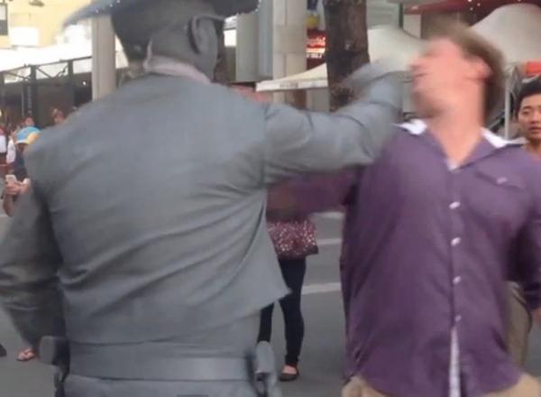 Australiano provoca estátua viva e leva soco no rosto