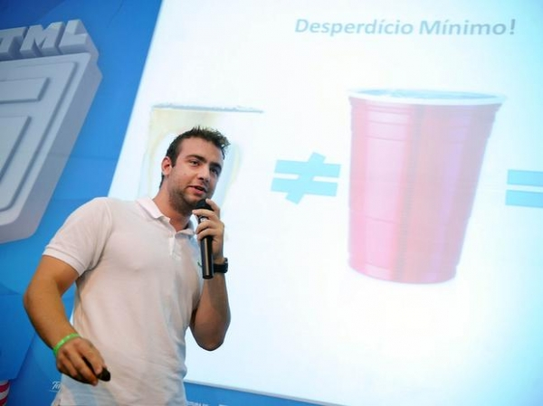 Brasileiro cria copo inteligente que evita desperdício e calcula consumo