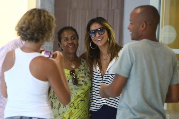 Sabrina Sato embarca de shortinho em aeroporto no Rio