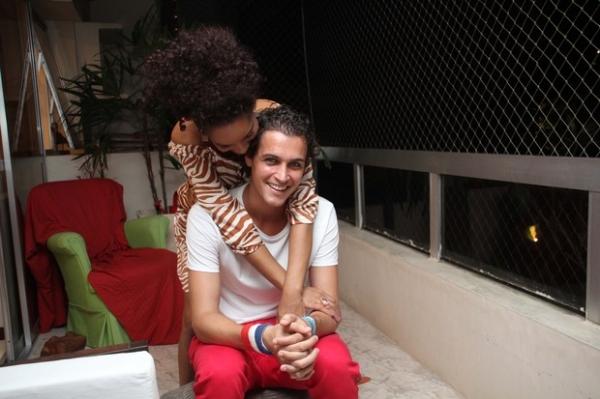 Aparecida Petrowky ganha coelho de Felipe Dylon e enche marido de beijos