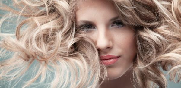 Cabeleireiros badalados dão dicas para quem clareou os cabelos
