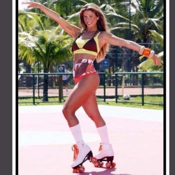 Bananinha mostra pernões de fora em patinação