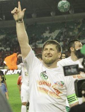 Líder da Chechênia usa microfone de estádio para xingar árbitro em partida