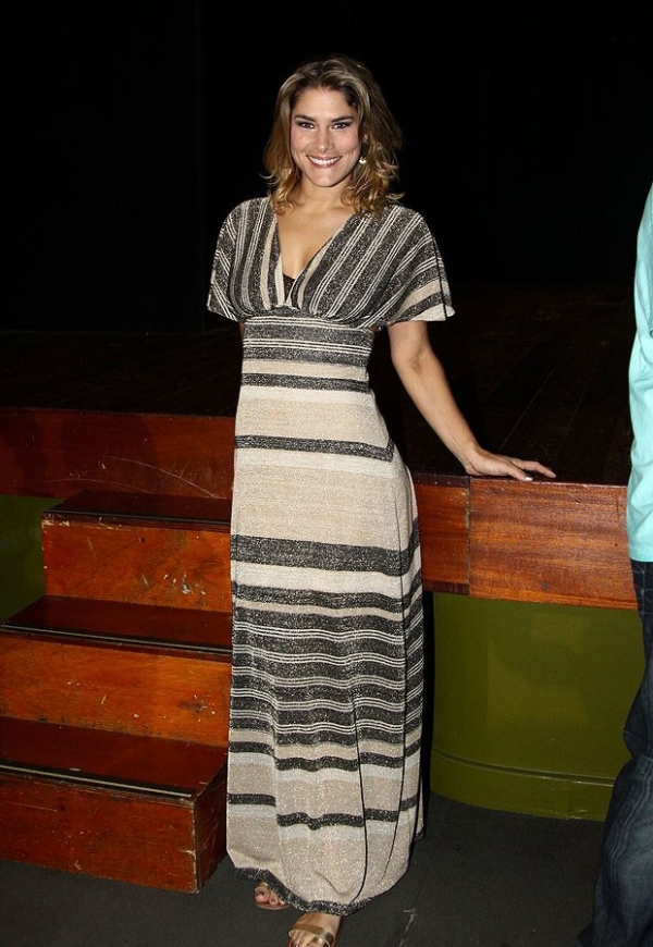 Priscila Fantin explica cintura fininha em vestido justo: