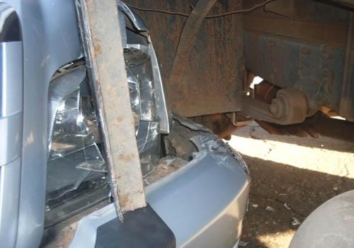 Caminhonete fica engavetada em caminhão baú no centro de José de Freitas