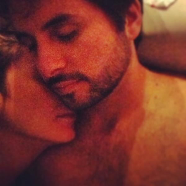 Claudia Leitte posta foto de momento íntimo com marido