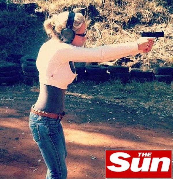 Jornal mostra namorada morta por Pistorius durante sessão de tiros