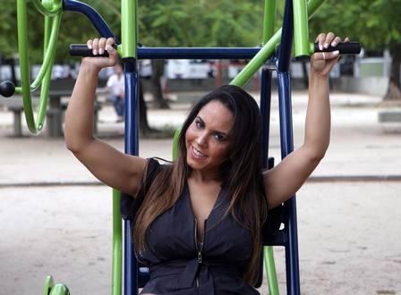 Mulher Melão curte novo bairro: