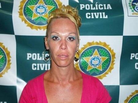 Travesti é preso ao colar panfletos de propaganda sexual ao lado de delegacia