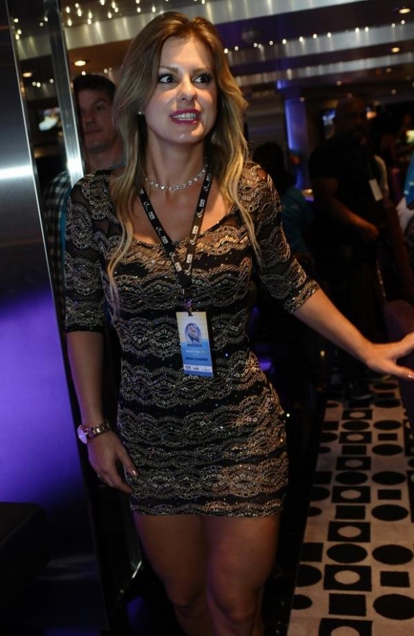 Zezé Di Camargo troca olhares com loira em cruzeiro com suposta nova namorada