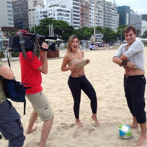 Andressa Urach joga futebol em gravação de programa alemão