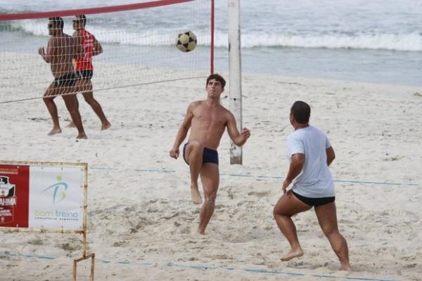Danielle Winits se exercita com o namorado em praia do Rio