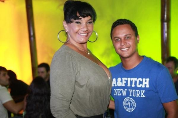 Solange Couto aparece decotada e bem diferente na noite carioca