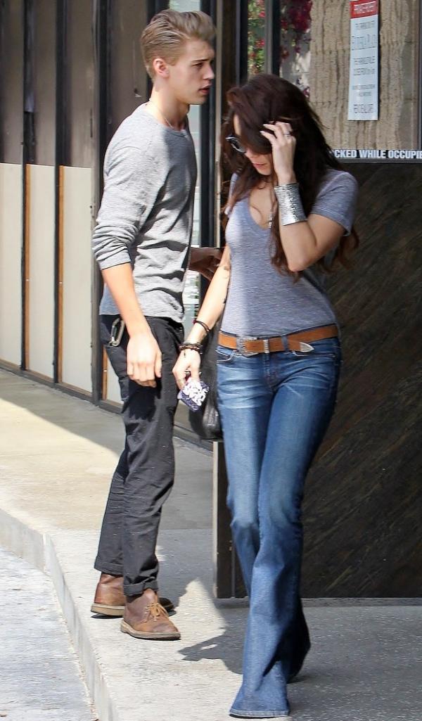 Vanessa Hudgens usa calça nova, mas esquece de tirar a etiqueta