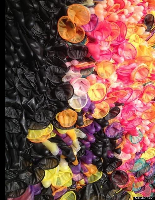 Artista inova e cria imagem de Bento XVI usando 17 mil camisinhas