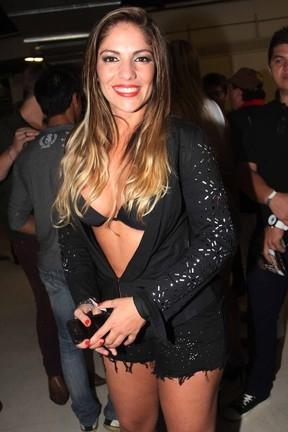 Ex-BBB Anamara usa look superdecotado e exibe pernões em noite sertaneja