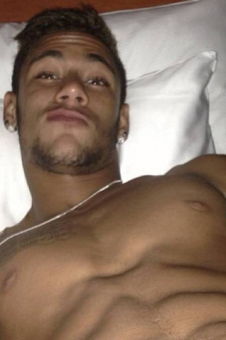 Neymar exibe barriga tanquinho em foto e deixa fãs loucas