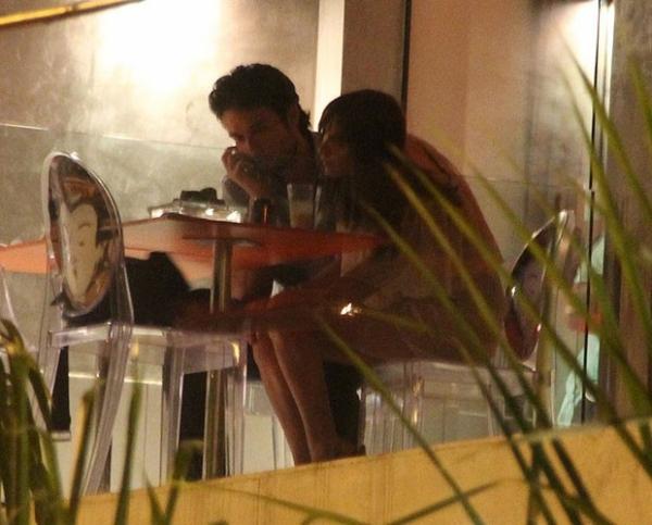 Sérgio Marone janta e troca beijos