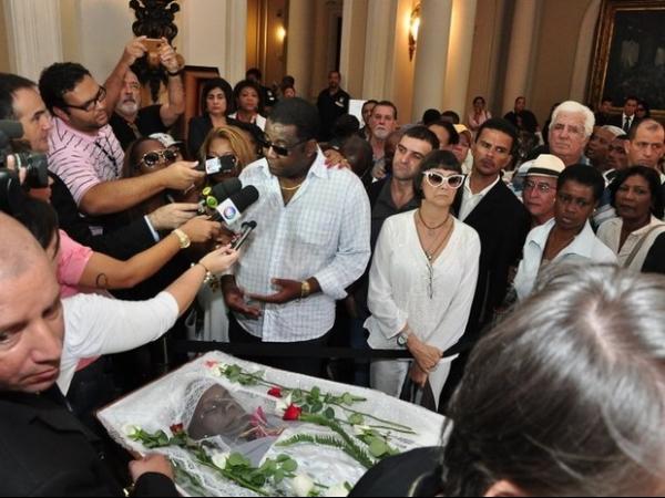 Suposto filho de Emílio Santiago volta a velório e causa tumulto