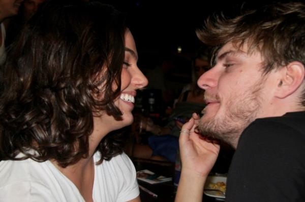 Isis Valverde troca beijos com namorado Tom Rezende em bar carioca