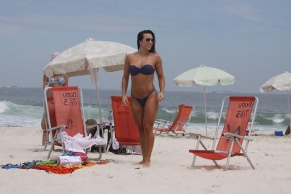 Lembram dela? Ex-BBB Michelly exibe corpo menos musculoso em praia carioca e é assediada