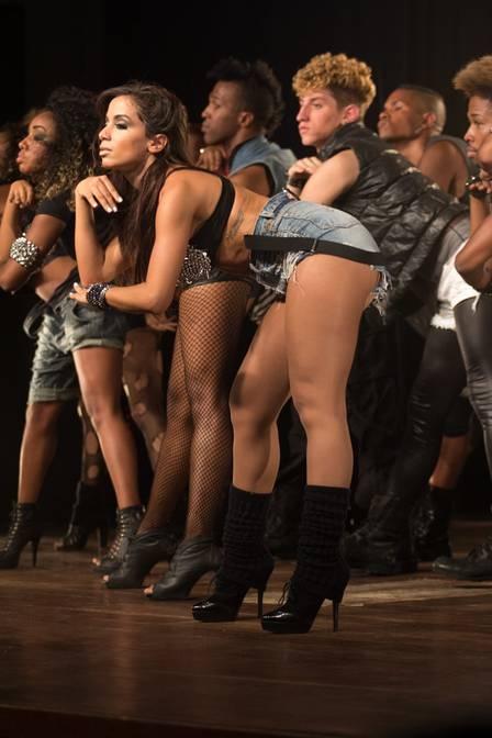 MC Anitta capricha no decote e grava clipe
