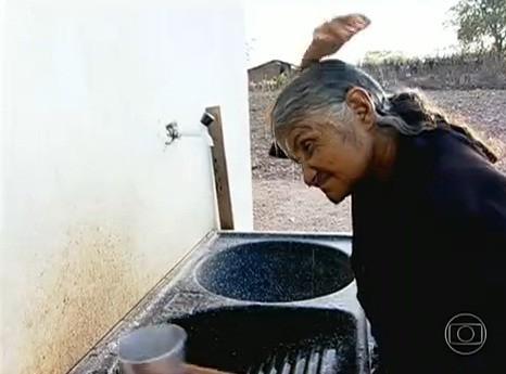 No dia da água, sertaneja sonha tomar banho com xampu