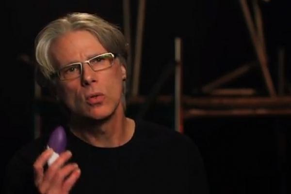 Professor sugere brinquedo sexual para ajudar em tratamento da voz