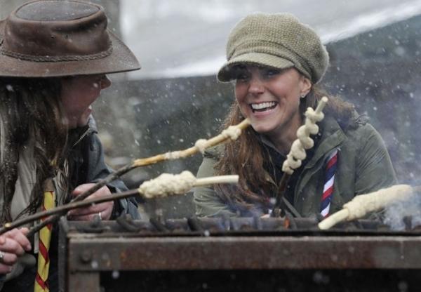 Sob neve, duquesa Kate visita escoteiros e