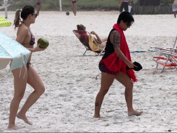 Thammy Gretchen vai à praia acompanhada de loira