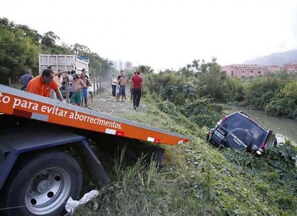Após fechada de caminhão, Marcello Antony e mulher sofrem acidente de carro no Rio