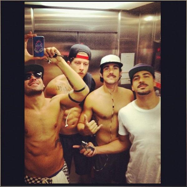 Ex-BBB Yuri posa sem camisa com amigos no elevador