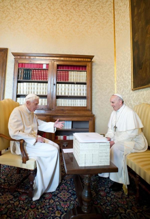 Papa Francisco faz 1ª visita a seu antecessor, Bento XVI