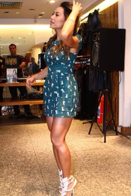 Sabrina Sato vai a evento de moda e esbanja simpatia e beleza;veja fotos