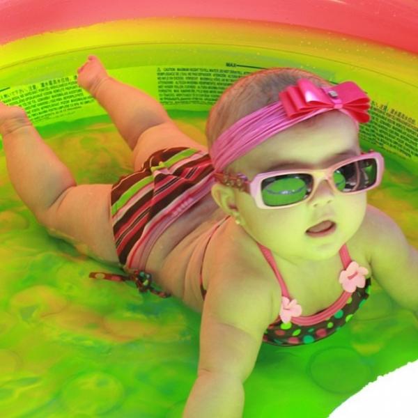 Ex-BBB Karla mostra primeiro banho de piscina da filha Caroline