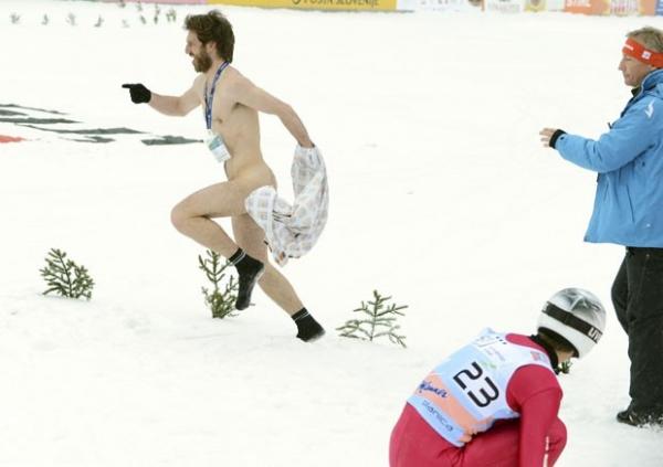 Homem nu invade Copa do Mundo de salto de esqui na Eslovênia