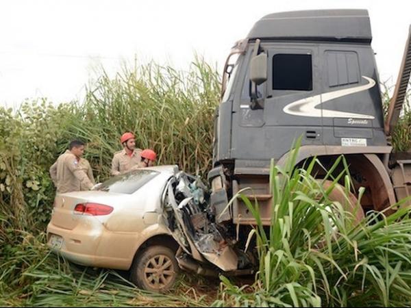 Motorista tenta ultrapassagem e casal morre após acidente