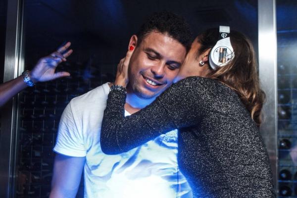 Ronaldo e Paula Morais trocam beijos e confidências em balada