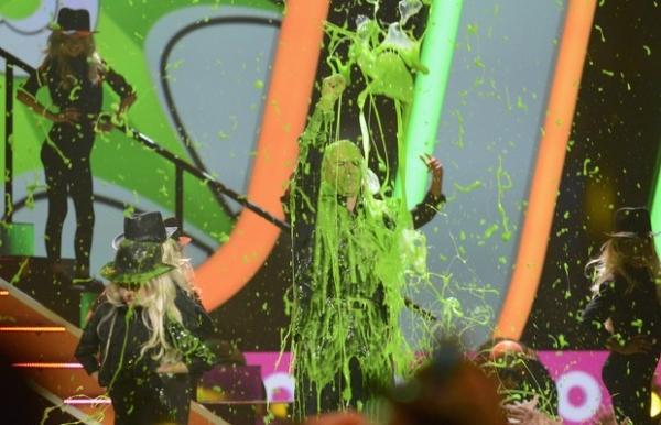 Sandra Bullock toma  banho de tinta em prêmio de canal infantil