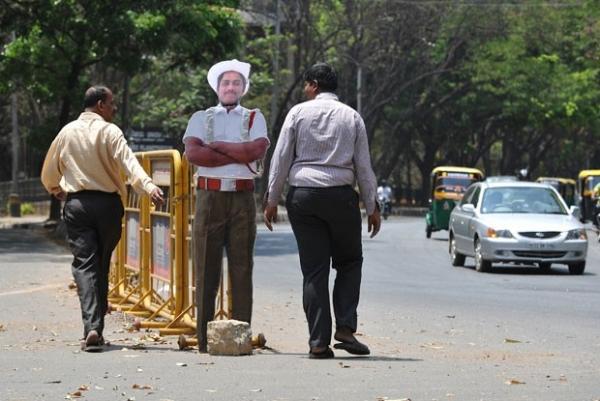 Índia usa policial de papelão para conter excesso de velocidade