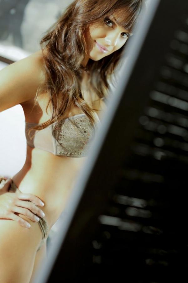 Carol Dias é confirmada como panicat e mostra curvas em fotos de lingerie