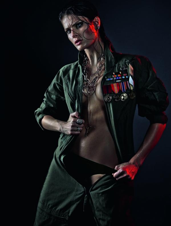Modelo Isabeli Fontana posa sexy para ensaio de joias